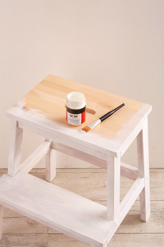 Dopo aver montato le scalette dipingetele con una mano di colore bianco all'acqua, poi lasciate asciugare e ripetete se necessario.