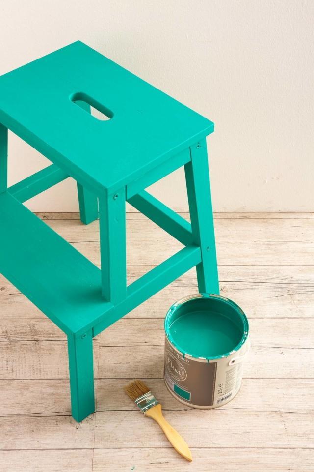 Proteggete il piano di lavoro con uno strato di carta di giornale. Stendete una mano uniforme di colore verde su tutta la superficie della scaletta, lavorando in più tempi per consentire l'asciugatura perfetta di ogni parte. Ripetete, se necessario, per una tinta piena.