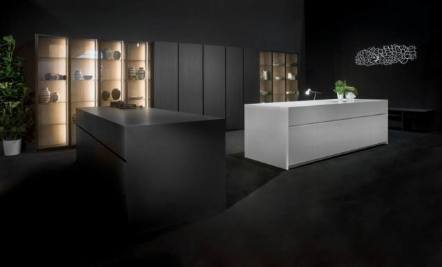 """Giza di Maistri è dominata dalla presenza di due isole nei colori Bianco Assoluto e Nero Assoluto caratterizzate dai frontali, dai fianchi e dai piani, che nascondono un piano cottura e uno di refrigerazione invisibile, realizzati in Lapitec®, un materiale naturale innovativo. Un modulo base da 60 cm, prezzo a partire da 686 euro. w HYPERLINK """"http://Www.maistri.it/""""ww.maistri.it"""