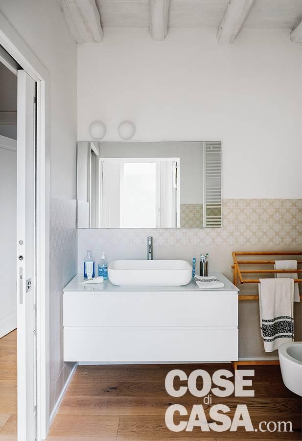 bagno, porta scorrevole, mobile lavabo sospeso, specchio, rivestimenti in gres