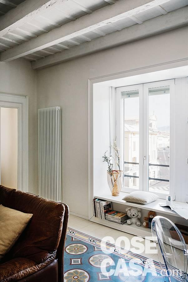soggiorno , finestra con panchetta, radiatore d'arredo