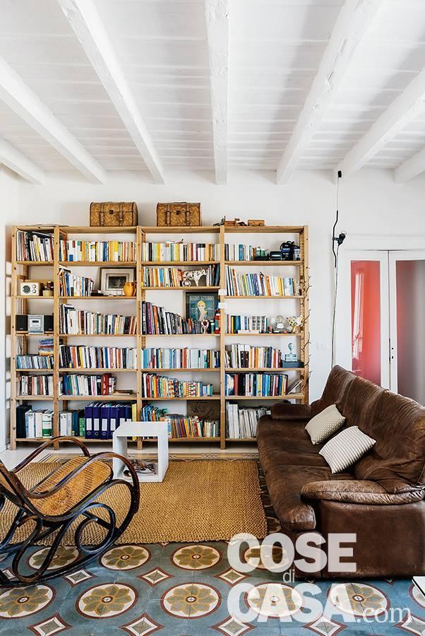 sogggiorno, zona conversazione, libreria in legno