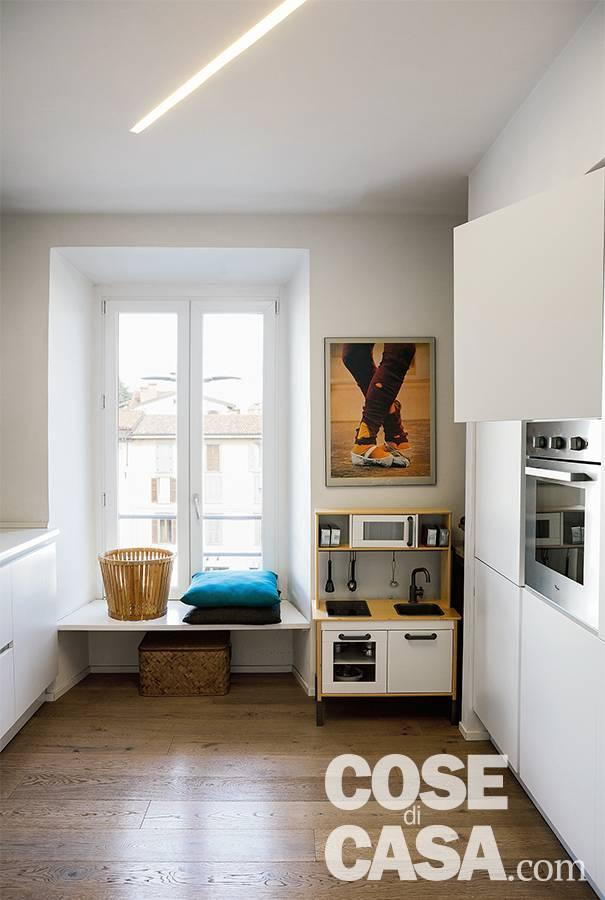 Cucina, finestra con panchetta