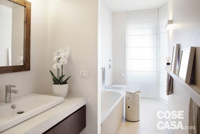 Bagno con zona lavabo e vasca