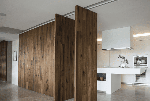 Quinte in legno che si aprono e chiudono a sorpresa ridefinendo i volumi di soggiorno e cucina - Listone Giordano, progetto dell'architetto Abraham Cherem, Cucina Boffi www.boffi.it