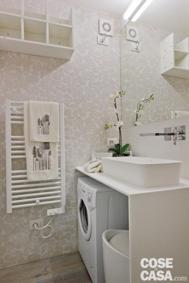 lavabo con lavatrice sotto nella mini casa di 18 mq