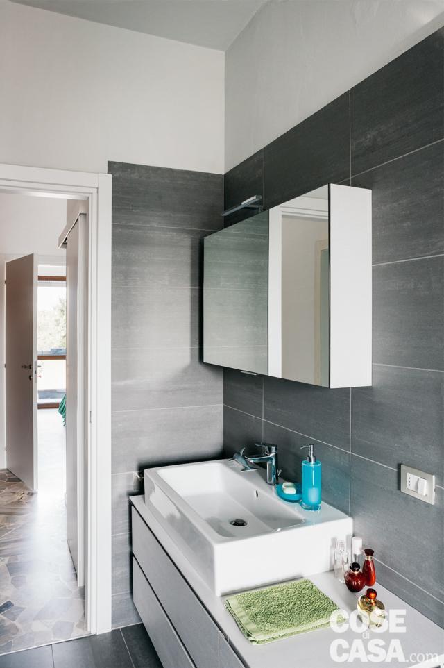 zona lavabo del secondo bagno nella casa ampliata da 3 a 4 locali