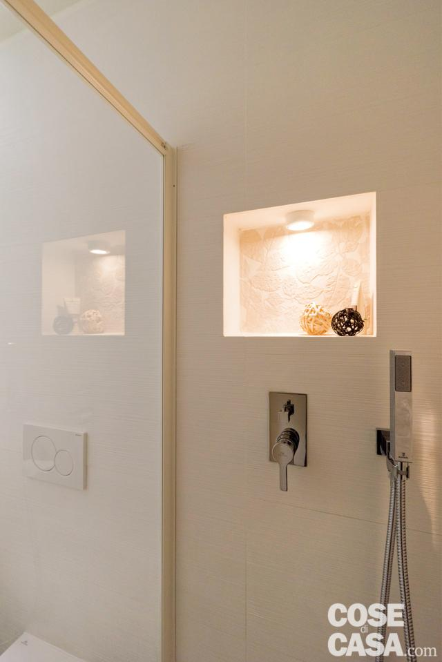 nicchia in doccia nella mini casa di 18 mq