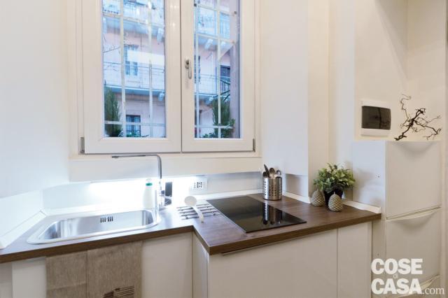 base cucina che sfrutta lo spazio sotto la finestra nella mini casa di 8 mq
