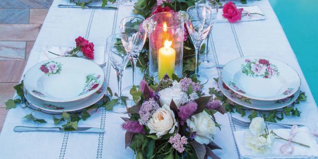 Il centrotavola di rose ed edera per la cena in giardino