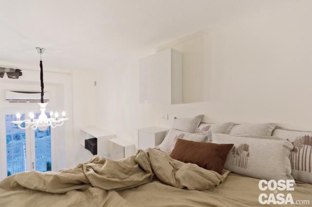 particolare del letto in quota nella mini casa di 18 mq