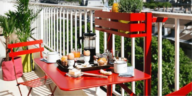tavolino piccolo rosso con sedie rosse