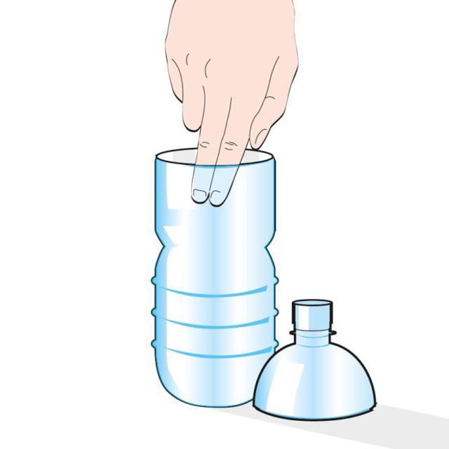 1. Tagliare la bottiglia in due parti. E spalmare dell'olio sulle pareti interne di quella inferiore: questo impedirà alle vespe di risalire una volta entrate e qui moriranno.