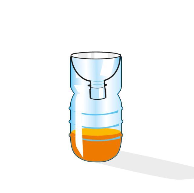 2. Riempire il fondo della bottiglia con del succo di frutta o con qualsiasi altra soluzione zuccherina, capovolgere la parte della bottiglia tagliata e inseritela nella parte inferiore, così da creare un cono verso il basso, fermare il tutto con del nastro adesivo.