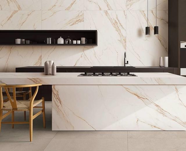 ABK SENSI WIDE 04 Calacatta Gold Lux abbinato a CROSSROAD Chalk Sand_VERIFICARE