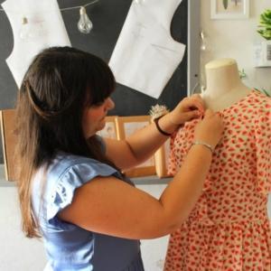 Francesca Barbato di Atelier Vicolo n.6 al lavoro