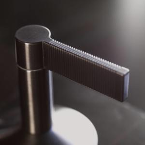 Particolare della leva del rubinetto Lignage di Noken Porcelanosa Bathrooms