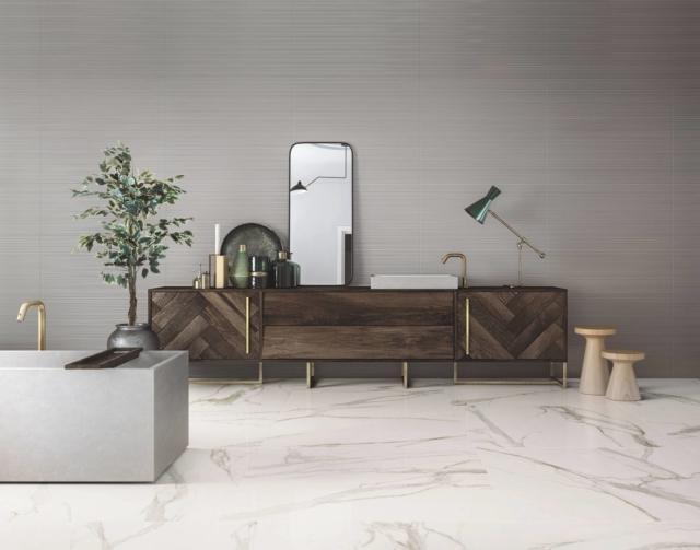 Il pavimento in gres porcellanato della collezione Elements Lux di Ceramiche Keope (www.keope.com) interpreta il marmo nella variante Calacatta Gold. Nel formato 40 x 120 cm, al mq costa 108,50 euro.
