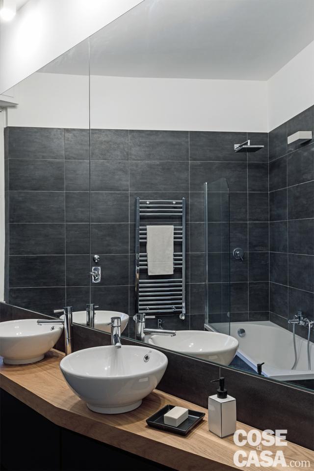 bagno con lavabi da appoggio nella casa con soggiorno open space