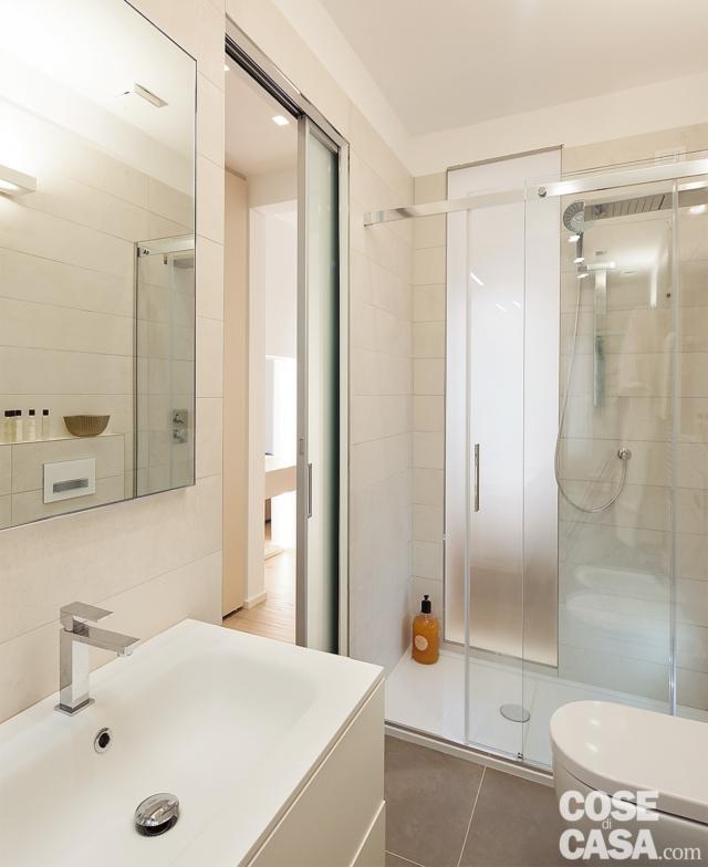 bagno con zona lavabo e box doccia in muratura
