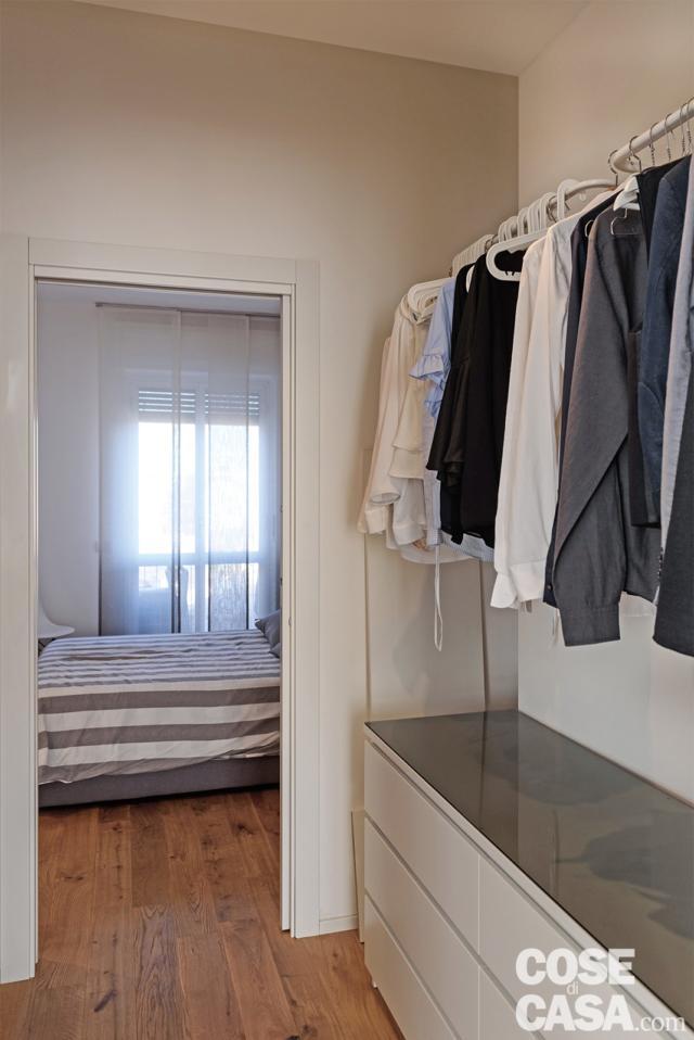 attrezzatura cabina armadio passante e camera da letto di casa con soggiorno open space
