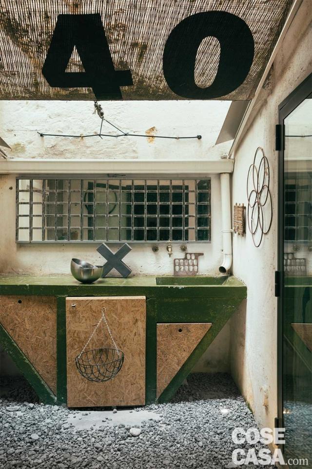 cavedio pavimentato in ghiaia con lavatoio in cemento di abitazione ex legnaia soggetta a recupero