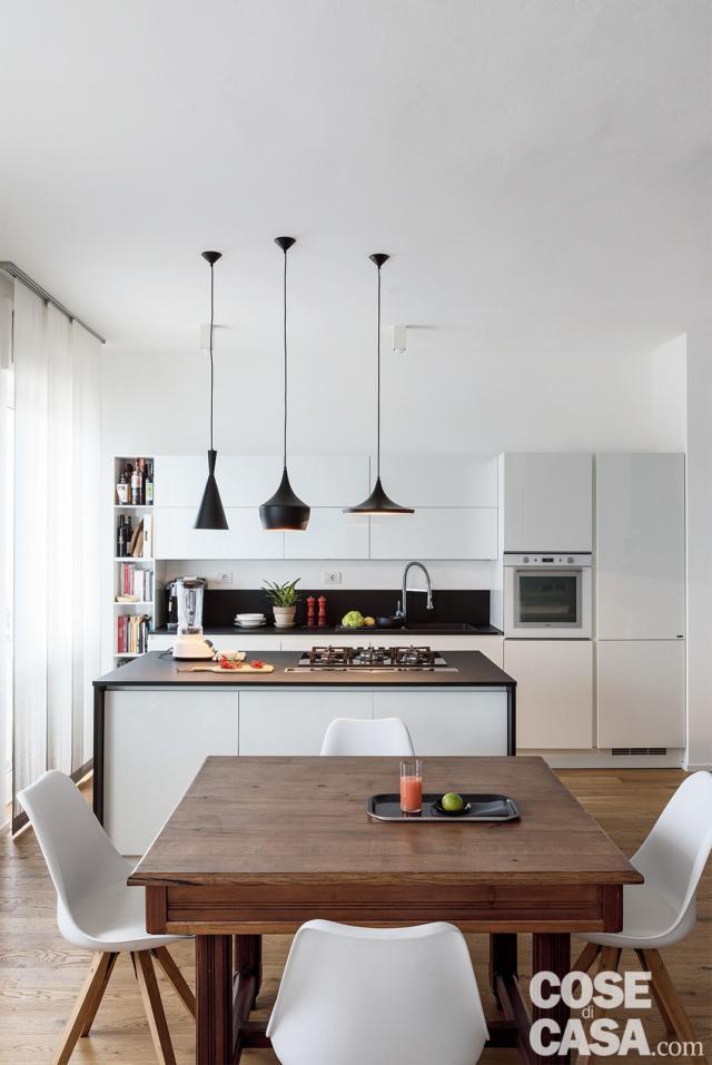 tavolo legno, isola cucina nel soggiorno open space