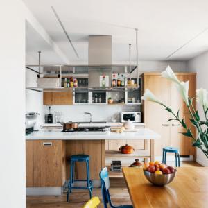 La cucina si divide tra la penisola e la composizione in linea. Nell'ambiente dai tratti rustici e hi-tech, si è lasciato tutto a vista, come in un laboratorio.