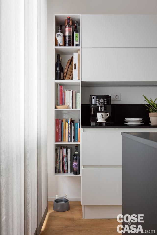 colonna libreria in cucina nel soggiorno open space