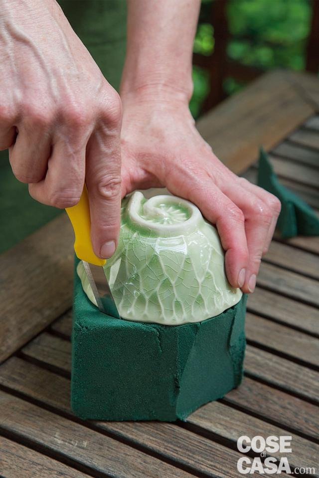 1. Appoggiare la tazza da tè rivolta verso il basso sopra alla mattonella e tagliare la spugna seguendone la forma.