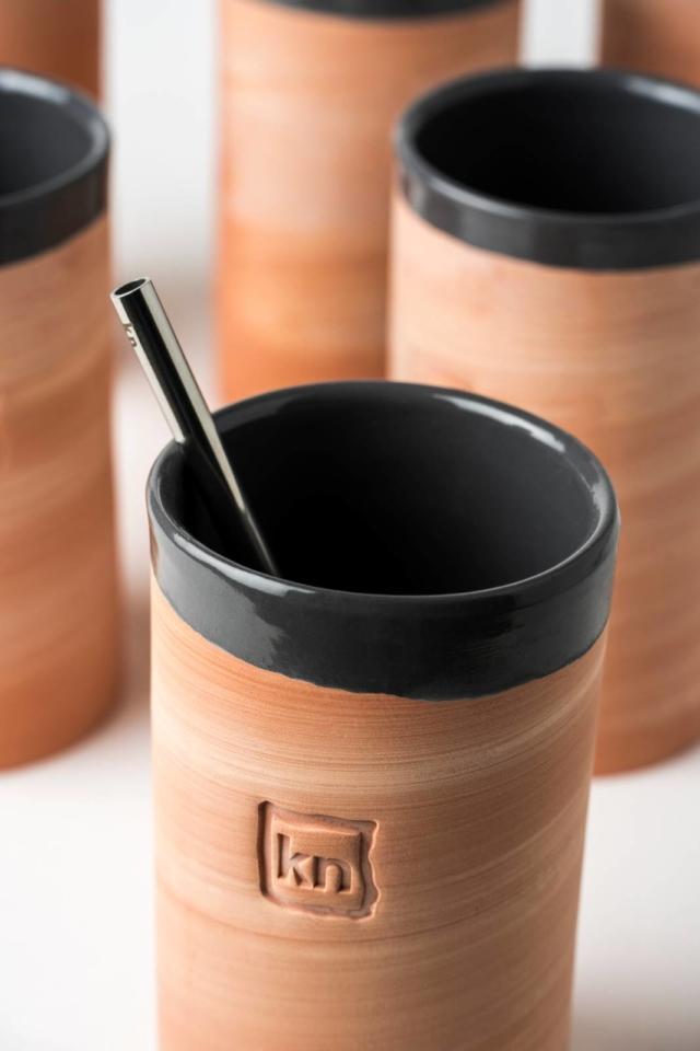 Il bicchiere da cocktail Cast Away di knIndustrie è realizzato in coccio da maestri artigiani calatini. L'esterno che ha texture ruvida e nuances della terracotta, si contrappone alla finitura interna smaltata in un brillante grigio antracite. La forma a tumbler e la sua capienza sono state studiate dai migliori bar tender, per la preparazione del Gin Tonic, ma possono essere usati per svariate miscelazioni. Prezzo 16 euro. www.knindustrie.it