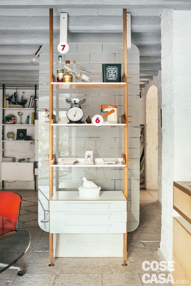 libreria soffitto-pavimento e pannello divisorio vetrato di abitazione ex legnaia soggetta a recupero