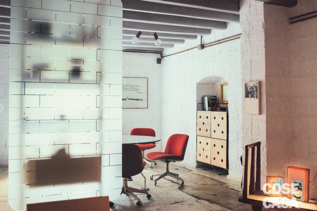 divisorio vetrato, tavolo da pranzo e mobile in nicchia di abitazione soggetta a recupero, ex Legnaia
