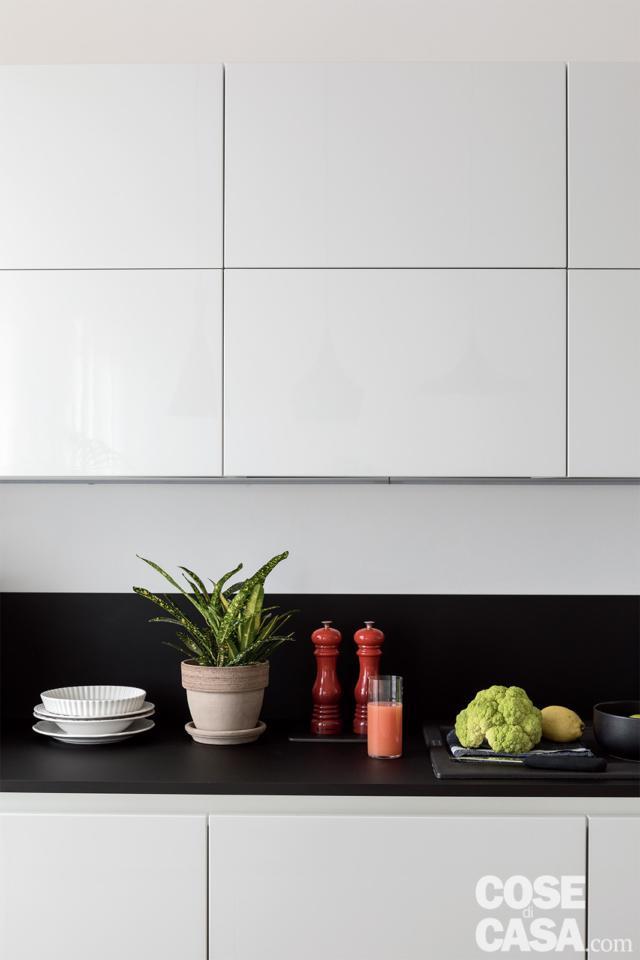 piano e pensili della cucina open space all'interno del soggiorno open space