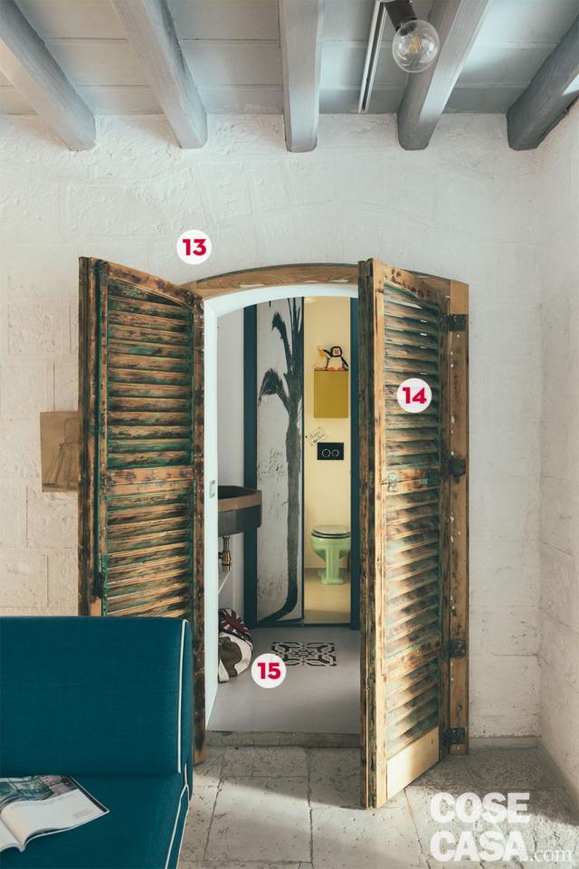 porta a doppia persiana tra il living e il disimpegno in abitazione ex legnaia soggetta a recupero