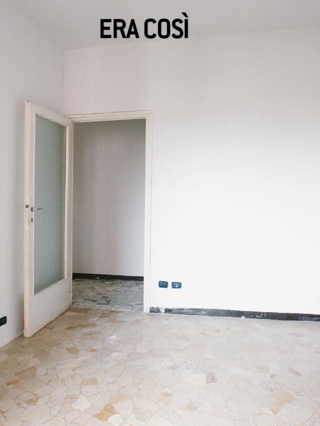 Prima della ristrutturazione i pavimenti, a eccezione del bagno, erano in graniglia di marmo, differenziati per colore nelle varie stanze. Il pavimento: uno sull'altro Per avere velocemente e con una spesa contenuta un rivestimento a terra uniforme in tutta la casa, è stato scelto un prodotto laminato. Si tratta di un pavimento tecnico in doghe, comunque a base di fibra di legno, dalle alte performance ed estetica in più versioni, che si posa velocemente, a secco. Gli elementi, infatti, che hanno bordi a incastro e non richiedono l'aggiunta di collante, si applicano con la tecnica flottante, appoggiando preventivamente sul supporto un materassino isolante. Lo spessore contenuto (8 mm) può ugualmente comportare la rifilatura delle porte, di solito eseguita dagli stessi posatori. La serie è completa di battiscopa e di profili in tinta per i giunti di dilatazione. È una soluzione ideale negli interventi di relooking come quello che ha interessato questa casa; la rimozione del pavimento esistente avrebbe certamente allungato i tempi e fatto lievitare i costi.Il prodotto utilizzato: Facile+ coll. Living di Skema misura 128,8 x 19,8 x 0,8 cm. Iva esclusa, al mq costa 22 euro. (www.skema.eu)