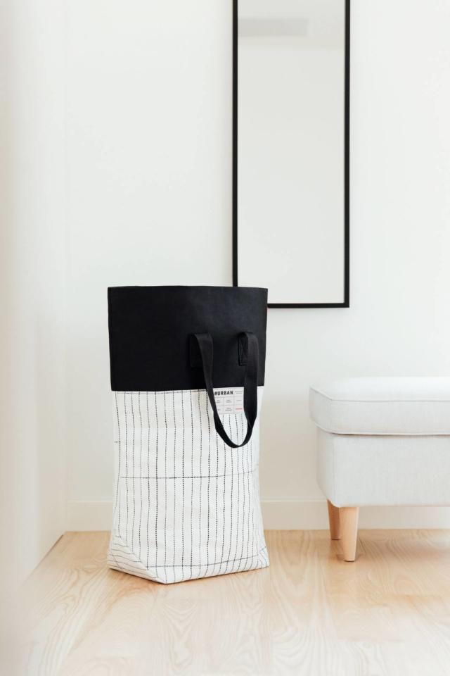 Il cesto per la biancheria #Urban Laundry Tokyo di Reisenthel coniuga essenzialità formale, stile ed esigenze di praticità. Lo spazioso organizer dal look molto robusto e resistente agli strappi è in tessuto impermeabile a più strati. E' inoltre riciclabile. Prezzo 29,50 euro. www.reisenthel.com,