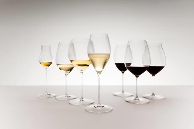 Performance è la serie di bicchieri da vino realizzata da Riedel caratterizzati da un innovativo effetto ottico in grado di provocare un impatto degustativo e sensoriale totalmente nuovo. Aumentando la superficie interna del calice si ottiene infatti un impatto ulteriormente positivo sulla percezione del bouquet e degli aromi del vino. Si può scegliere tra sette forme: per Chardonnay, Champagne, Riesling, Pinot Noir, Cabernet Sauvignon, Syrah e Spirits (distillati). Prezzo 44,90 euro per la confezione da due. www.riedel.com