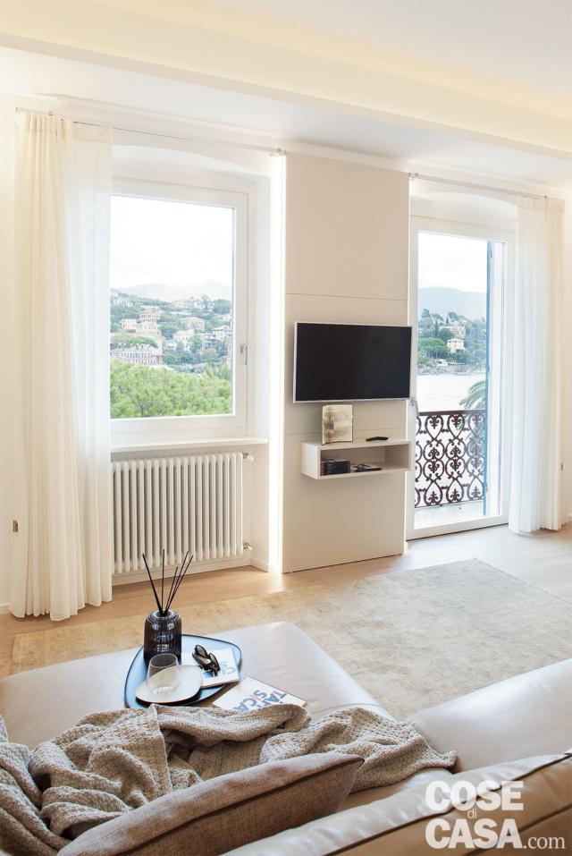 soggiorno con zona tv e finestre