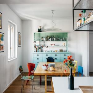 """La zona pranzo del sottotetto rinnovato, disposta vicino alla cucina, offre un concentrato dell'operazione """"recycle""""che riguarda tutta l'abitazione."""