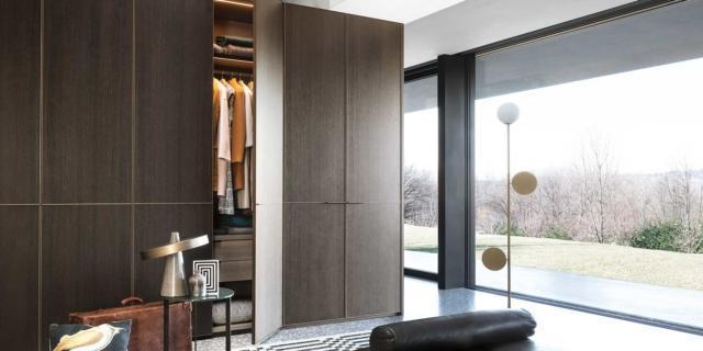 Armadio per la camera da letto: standard o su misura per un effetto tutta parete?