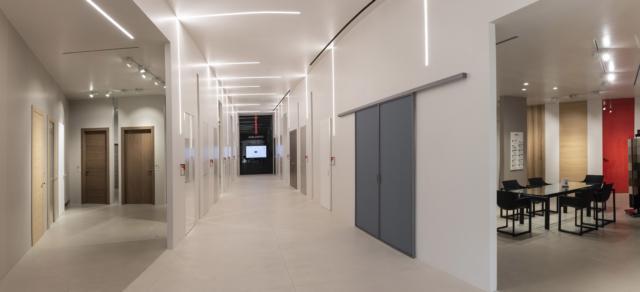 Nuovo showroom esperienziale della nuova sede di FerreroLegno a Magliano Api (CN). Uno spazio che svolge una funzione dimostrativa, in cui il prodotto è protagonista, nella sua migliore rappresentazione scenica.