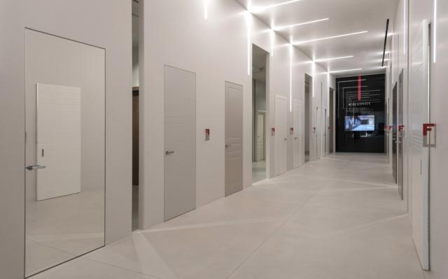 Nel nuovo showroom i differenti modelli, finiture e strumenti di comunicazione di FerreroLegno dialogano sinergicamente dando vita a un narrazione completa delle diverse soluzioni e personalizzazioni offerte dall'Azienda.