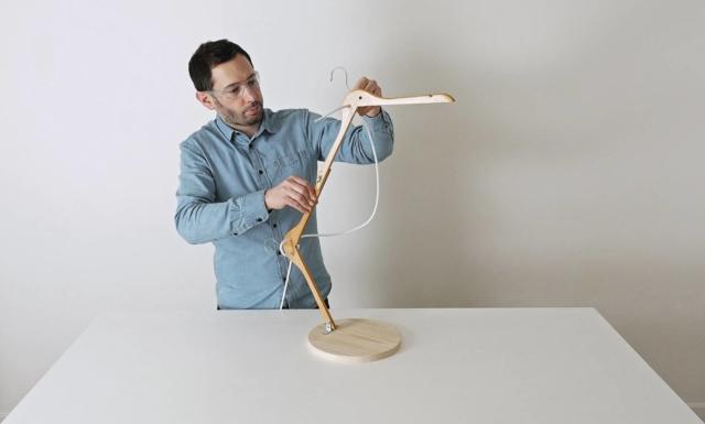 Per realizzare l'impianto elettrico (filo, portalampada, spina e interruttore) assicuratevi di non essere collegati alla corrente. Inserite il filo elettrico nei fori delle grucce con diametro 7mm.