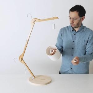 Montate il fermacavi e il portalampada sul filo elettrico. Aggiungete il paralume e la lampadina.
