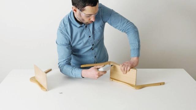 fai da te mensole in stile nordico, con grucce in legno, foto Pierre Lota