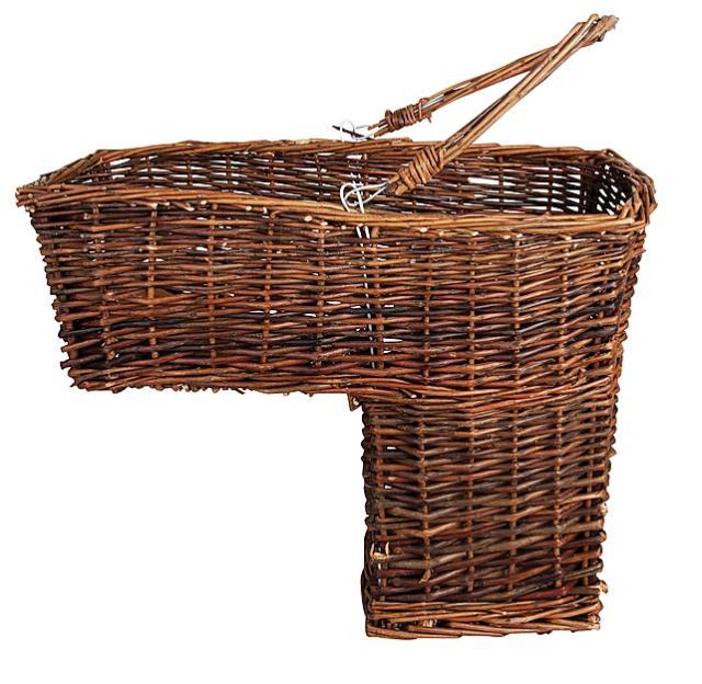 """3- Nella collezione Country Style, gamma E.Garden, troviamo il cesto intrecciato di rami di vimini, nelle dimensioni 44 x 19,5 x 36,7 cm. La sua forma """"a gradino"""" permette di appoggiarlo tra due scalini utilizzando in modo intelligente tutto lo spazio disponibile in casa. Costa 34,50 euro, di Bavicchi, www.bavicchi.it"""