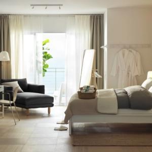 Tutto di Ikea: letto Malm, struttura letto alta Luröy; copripiumino e 2 federe Ängslilja