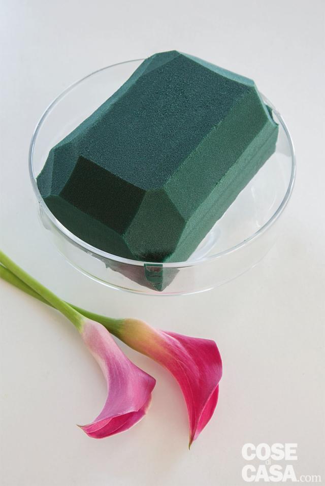 1. Dopo aver lasciato affondare la mezza mattonella di spugna in un contenitore con acqua, tagliarla a misura, inserirla nel contenitore di vetro e sagomare tutti i bordi smussandoli verso l'alto.