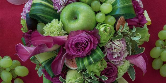Il centrotavola autunnale con fiori e frutta